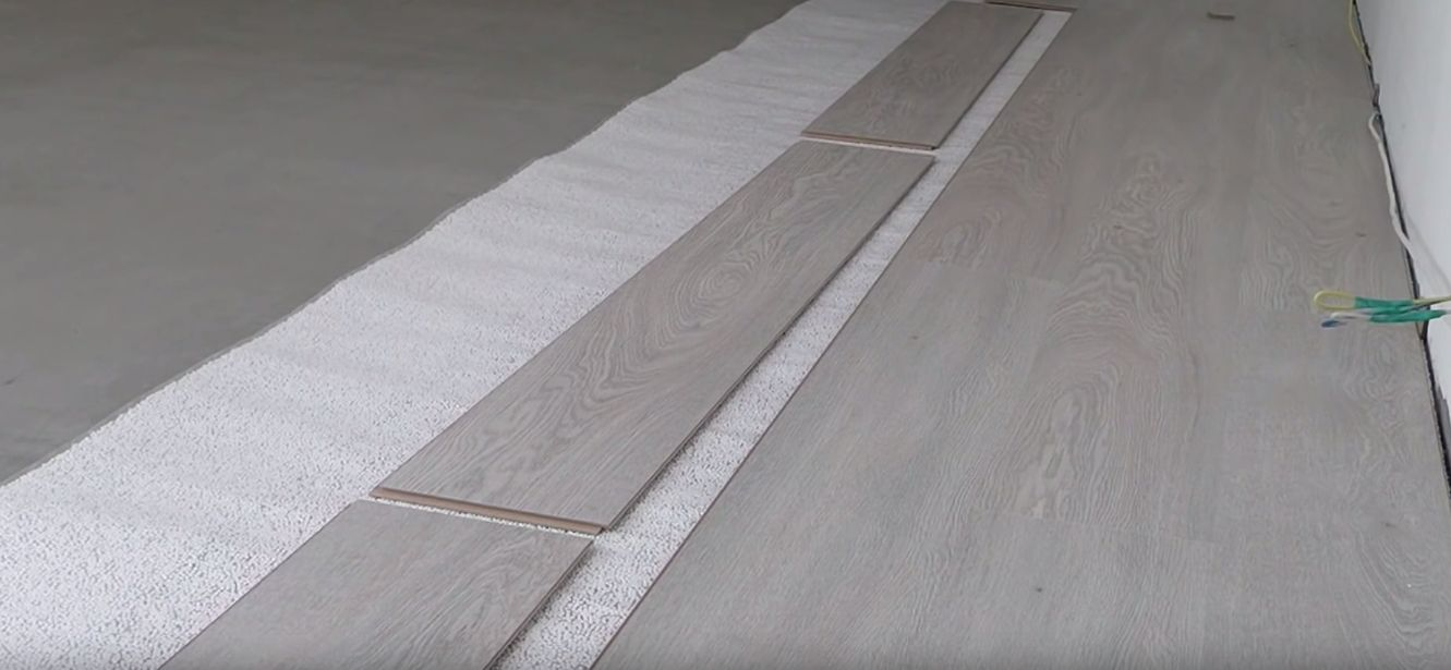 После завершения работ со стяжкой подложка под ламинат укладывается прямо на бетон, затем можно приступать к укладке ламината